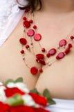 Красное ожерелье с серебряными шариками на груди женщины Стоковые Изображения RF