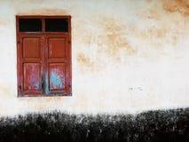 Красное окно на старой стене Стоковое фото RF