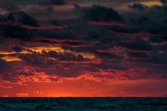 Красное пасмурное небо захода солнца Стоковое Изображение RF
