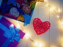 Красное плетеное сердце на светлой деревянной предпосылке Стоковые Изображения RF