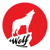 Красное полнолуние с силуэтом волка завывать Стоковое Изображение RF