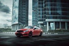 Красное пребывание автомобиля на дороге асфальта в городе на дневном времени Стоковые Изображения