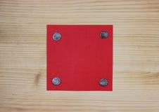 Красное примечание прикрепленное к древесине с ногтями Стоковое Изображение RF