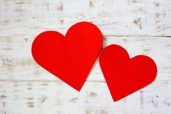 Красное примечание чистого листа бумаги с формой сердца на grunge Стоковая Фотография