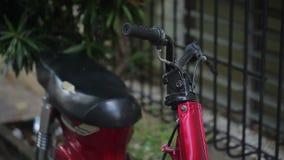 Красное припаркованное mototrbike акции видеоматериалы