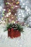 Красное рождество подарочной коробки на предпосылке sequins Стоковая Фотография RF
