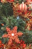 Красное рождество орнаментирует красный цвет и гирлянду сусали яркого блеска золота Стоковая Фотография
