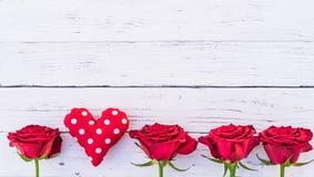 Красное сердце влюбленности с красивыми розами на белой предпосылке для дня или свадьбы валентинок Стоковые Фотографии RF