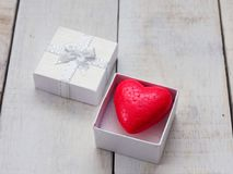Красное сердце внутри белой подарочной коробки над белой деревянной предпосылкой Стоковое фото RF