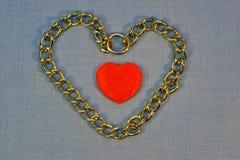 Красное сердце внутри желтого сердца на серой предпосылке Стоковые Фотографии RF