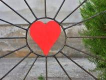 Красное сердце в загородке металла Стоковое фото RF