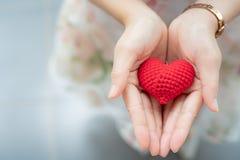 Красное сердце в руках сверху Здоровый, влюбленность, орган пожертвования, сделайте стоковая фотография