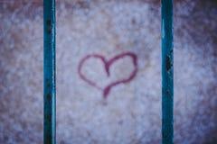 Красное сердце граффити Ржавея загородка стоковые фото