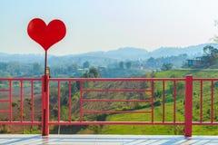 Красное сердце и розовая загородка Стоковая Фотография RF