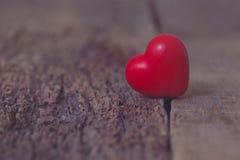 Красное сердце лежит на отказах дерева Разъединение, одиночество, влюбленность, год сбора винограда Валентайн дня s Стоковое Изображение RF