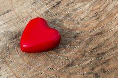 Красное сердце на деревянной предпосылке стоковая фотография