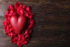 Красное сердце на деревянных досках текстуры Счастливые день валентинок/Международный женский день Стоковое фото RF