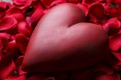 Красное сердце на деревянных досках текстуры Счастливые день валентинок/Международный женский день Стоковое Изображение RF
