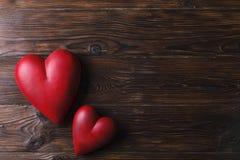 Красное сердце на деревянных досках текстуры Счастливые день валентинок/Международный женский день Стоковая Фотография RF
