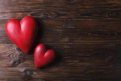 Красное сердце на деревянных досках текстуры Счастливые день валентинок/Международный женский день Стоковая Фотография
