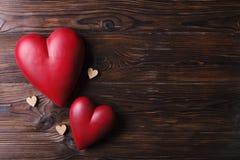 Красное сердце на деревянных досках текстуры Счастливые день валентинок/Международный женский день Стоковые Изображения RF