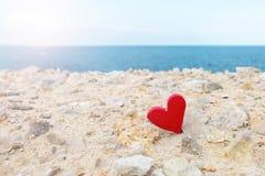 Красное сердце на предпосылке моря стоковое фото rf