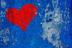 Красное сердце покрашенное над grunge и старой выдержанной синей стеной Стоковое Изображение