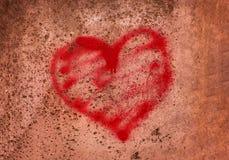 Красное сердце покрашенное на бетонной стене, концепция тюрьмы, спасение, беженец, молчаливая, сиротливая, сломанная влюбленность стоковая фотография