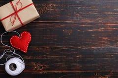 Красное сердце сделало почувствованный handmade, подарки, рядом с потоком и иглой, на деревянном столе Концепция дня женщин, косм стоковые изображения