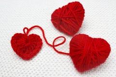 Красное сердце сделанное сердца пряжи и вязания крючком шерстей сфокусируйте мягко Handmade вязать крючком крючком сердце шерстей Стоковые Изображения