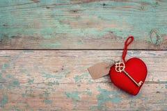 Красное сердце с античным ключом на старых покрашенных деревянных досках Космос f Стоковая Фотография