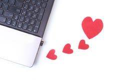 Красное сердце с компьтер-книжкой на деревянном столе Стоковые Изображения