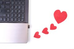 Красное сердце с компьтер-книжкой на деревянном столе Стоковые Фотографии RF