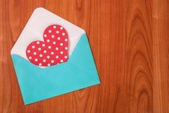 Красное сердце с поставленный точки в голубом письме на деревянной предпосылке Стоковые Фотографии RF