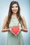 Красное сердце белизна символа красного цвета влюбленности предпосылки розовая Портрет красивого владения Valent женщины Стоковая Фотография