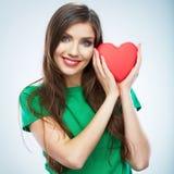 Красное сердце белизна символа красного цвета влюбленности предпосылки розовая Портрет красивого владения Valent женщины Стоковое фото RF