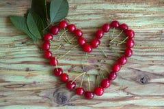 Красное сердце вишни на деревянной таблице Стоковое Изображение RF