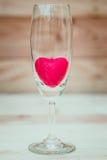 Красное сердце внутри бокала Стоковые Изображения
