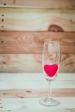 Красное сердце внутри бокала Стоковые Изображения RF