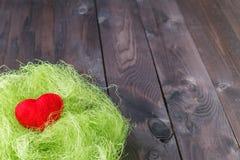 Красное сердце в гнезде травы Стоковые Фото
