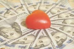 Красное сердце и 100 банкнот доллара Стоковое Изображение