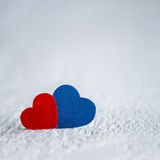 Красное сердце и голубое сердце на белой деревянной предпосылке Валентинки Da Стоковое Фото