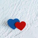 Красное сердце и голубое сердце на белой деревянной предпосылке Валентинки Da Стоковая Фотография