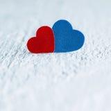 Красное сердце и голубое сердце на белой деревянной предпосылке Валентинки Da Стоковое Изображение