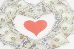 Красное сердце и 100 долларовых банкнот для предпосылки Стоковая Фотография