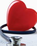 Красное сердце и стетоскоп стоковые изображения rf