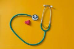 Красное сердце и стетоскоп Стоковая Фотография