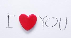 Красное сердце и текст я тебя люблю, написанный красным карандашем на белой бумаге Романтичный день валентинки St карточки Стоковое фото RF