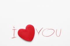 Красное сердце и текст я тебя люблю, написанный красным карандашем на белой бумаге Романтичный день валентинки St карточки Стоковые Изображения