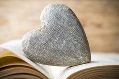 Красное сердце книги Поздравительные открытки Стоковые Фото